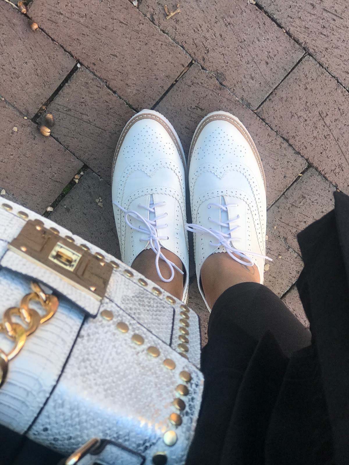 4 Reasons Why I Love Wearing Men Style Shoes: The Shoe Chat! Judge My Style Image: White Oxford shoes and white and gold handbag