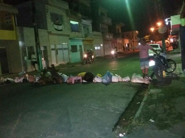 Moradores revoltados com a coleta de lixo interdiram a rua