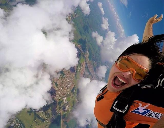 queda livre de salto de paraquedas de mulher jovem