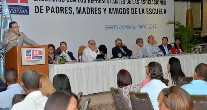 Navarro afirma que la escuela necesita de las familias para hacer sostenible la revolución educativa