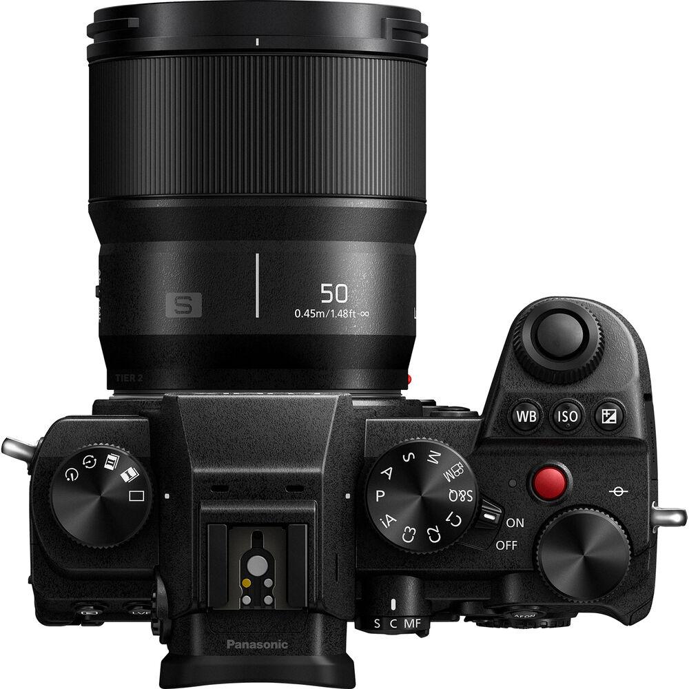 Объектив Panasonic Lumix S 50mm f/1.8 с камерой Panasonic Lumix S5