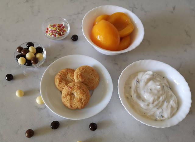 Ingredientes para copa de yogur stracciatella, melocotón y galleta