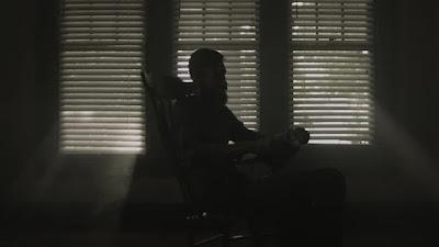 لغز الأسبوع 3 : رجل يقرأ في الظلام!!
