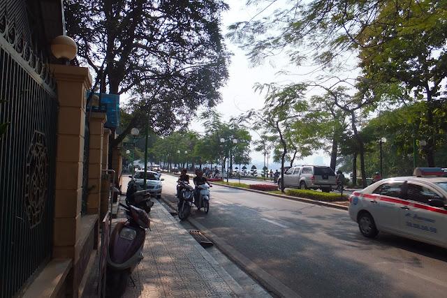 west-lake-sidewalk タイ湖脇の歩道