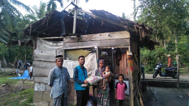 Lembaga Peduli Dhuafa Mengunjungi Keluarga Pak Mawardi yang Tinggal di Gubuk Desa Pulo Syamtalira Aron