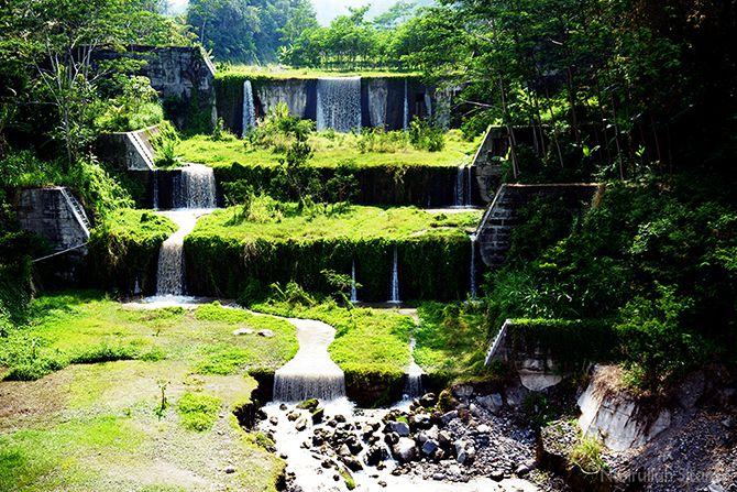 Air terjun DAM air di Jembatan Gantung Mangunsuko yang hits di Instagram