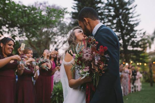 Casamento rústico, casamento real, DIY, marsala, noiva, buquê, marsala, buquê desconstruído, noivos no altar, casamento diurno, beijo dos noivos, pode beijar a noiva
