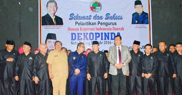 Pelantikan Pengurus Dekopinda Kota Padang, Pjs Wako: Pengelola Koperasi Harus Punya Kemauan