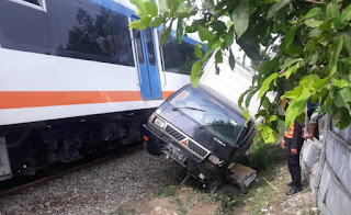 Kereta Api Bandara Tabrak Mobil Boks di Deliserdang