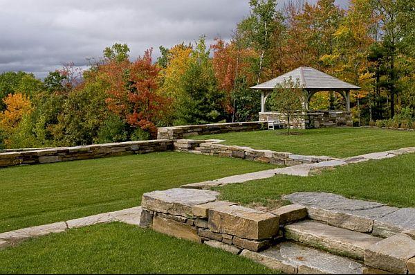 gradina teren in panta zid de sprijin piatra naturala peisagistica firma amenajare curte in panta teren in trepte taluzare gradina taluz