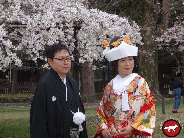 Mariage traditionnel japonais dans un temple à Kyoto