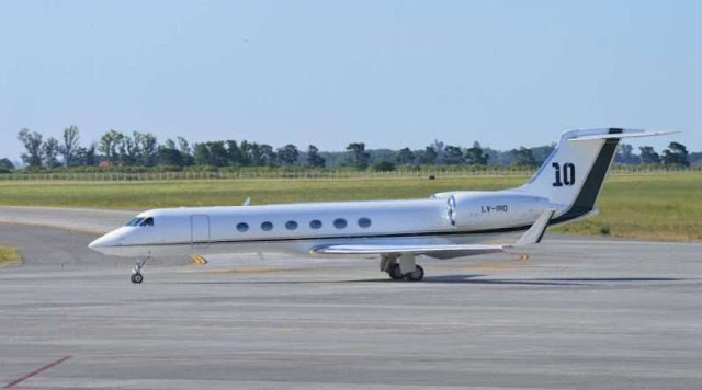 Lionel's-private-jet-with-the-number-10-logo