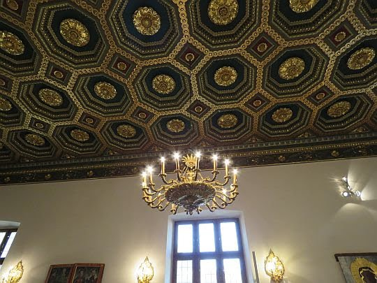 Drewniany strop kasetonowy kaplicy.