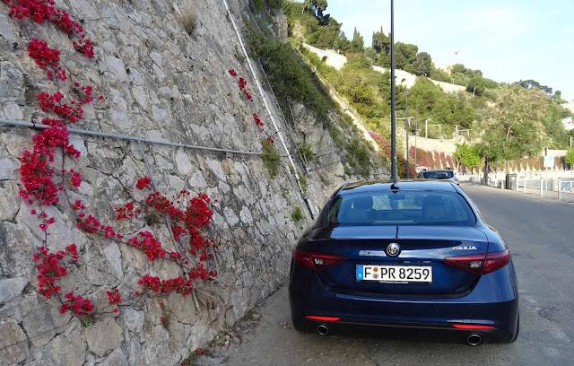 Alfa Romeo Giulia auf Parkplatz in Villefranche, Mauer, rote Blumen, Frankreich