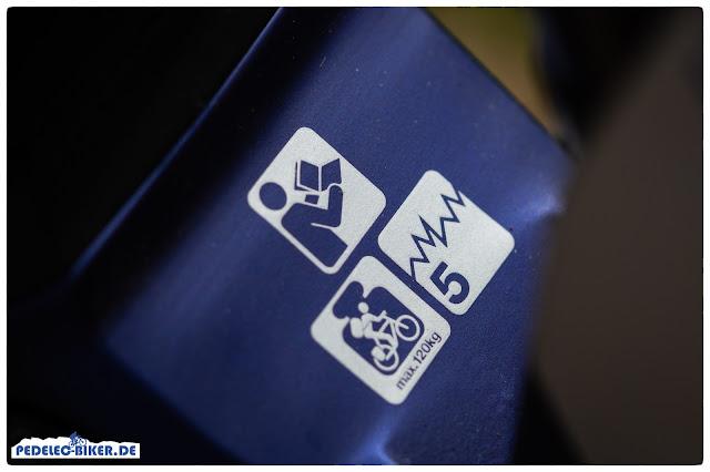 Witziges Feature: Icons auf dem Rahmen geben Infos über den Einsatzbereich und das Gesamtgewicht des eMountainbikes.