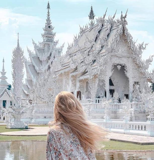 """Sở hữu nhiều nét độc đáo và huyền bí, kiến trúc của Wat Rong Khun còn mang nhiều ý nghĩa sâu xa về sự luân hồi. Biểu trưng cho """"cõi cực lạc"""", gian chính của ngôi đền được nối bởi một cây cầu bắc qua hồ nước nhỏ với hàng trăm bàn tay vươn ra. Những bàn tay đại diện cho quan niệm """"tham sân si"""" luôn níu kéo con người đến với bến bờ hạnh phúc."""