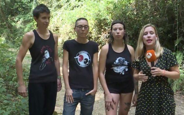 Ακτιβίστριες βίγκαν έκαναν επιδρομή σε κοτέτσι επειδή οι κόκορες βιάζουν τις κότες (βίντεο)