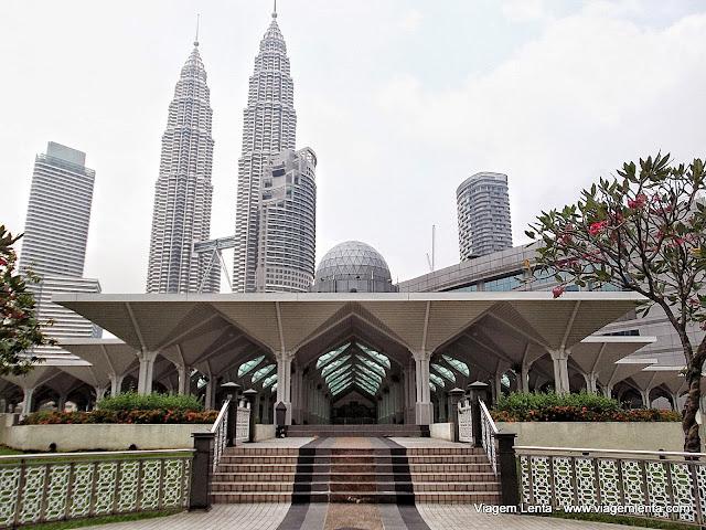Mesquita e as torres gêmeas em Kuala Lumpur