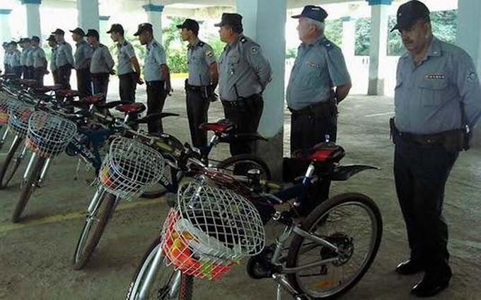 Régimen entrega bicicletas a jefes de la policía para que bajen de peso