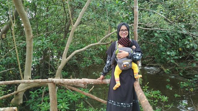 berfoto di depan taman wisata mangrove bhadrika