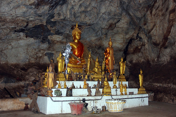 Altare buddista in grotte di Pak Ou