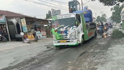 Jalan Aspal Desa Klambir V Rusak Parah, Warga Keluhkan Akan Kecelakaan Kembali Terjadi
