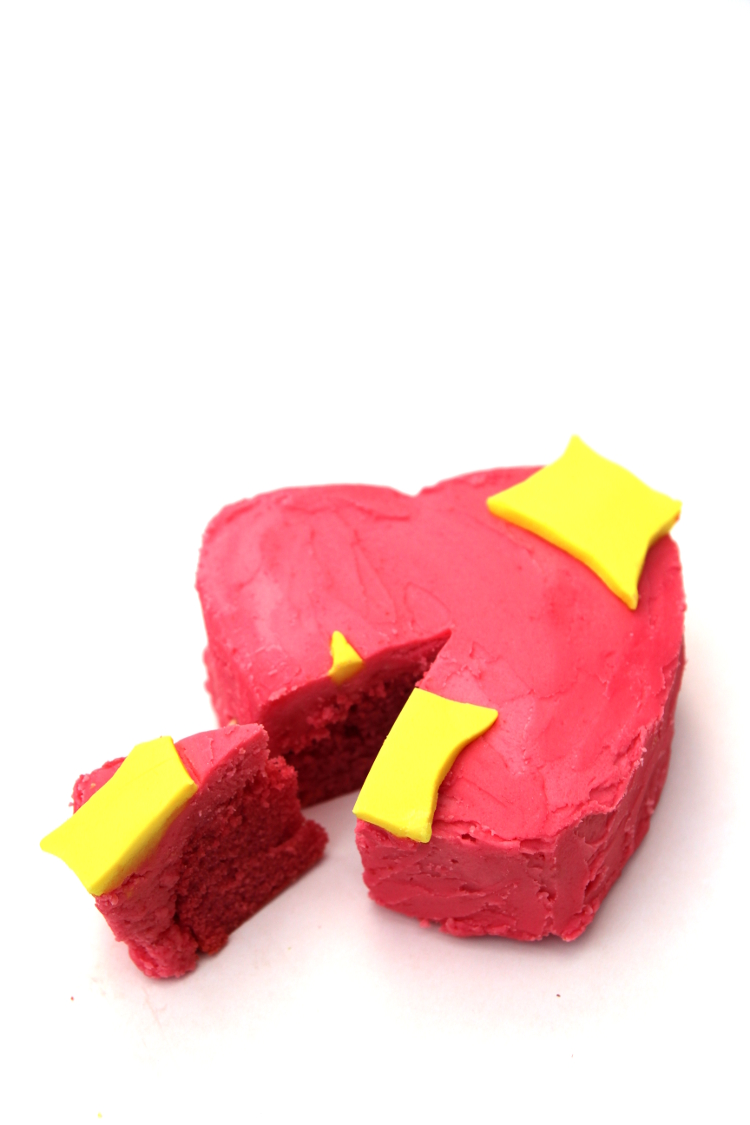 DIY EMOJI SPARKLE HEART CAKE FOR VALENTINE'S DAY