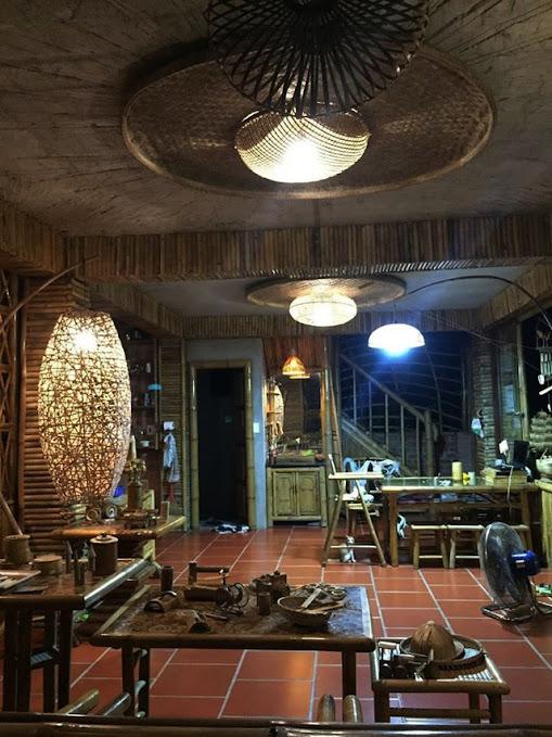 Nội thất của ngôi nhà làm bằng vật liệu kết hợp của tre và dừa