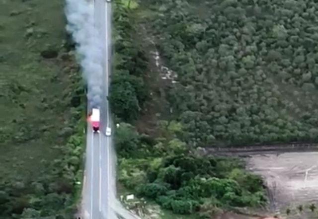 Chapada: Homem morre após carreta pegar fogo na BR-242; assista o vídeo
