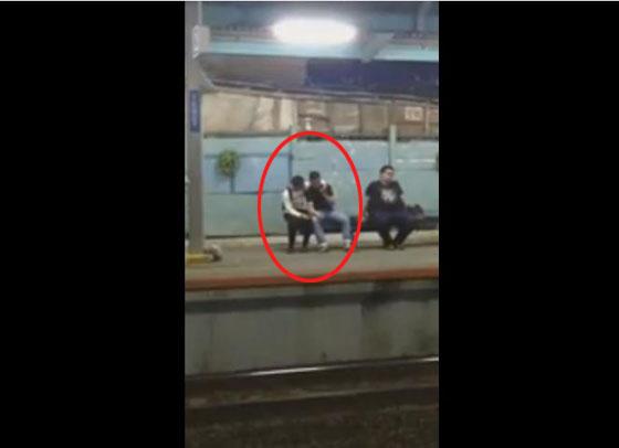 Video Pasangan Homo Bermesraan di Stasiun Tebet Yang Hebohkan Netizen