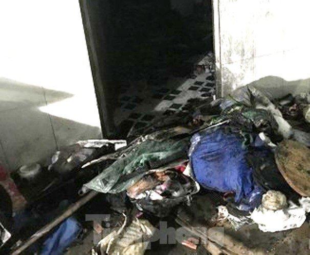 Đồ đạc trong phòng trọ bị cháy rụi sau vụ phóng hỏa. Ảnh TPO