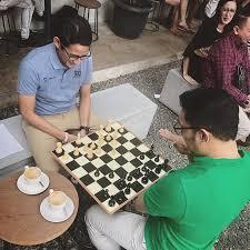 Ridwan Kamil bermain catur melawan Sandiaga Uno (Foto: dok. Instagram/@ridwankamil)