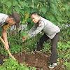 Awali Program  Bedah Rumah Kakek Dg. Baco Kapolres Gowa Lakukan Peletakan Batu Pertama  Batu