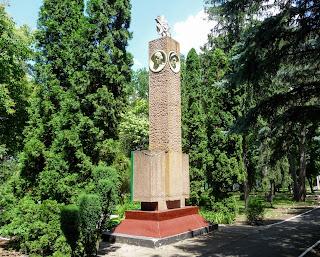 Графское. Великоанадольский лесной колледж. Памятник погибшим лесоводам в годы Второй мировой войны