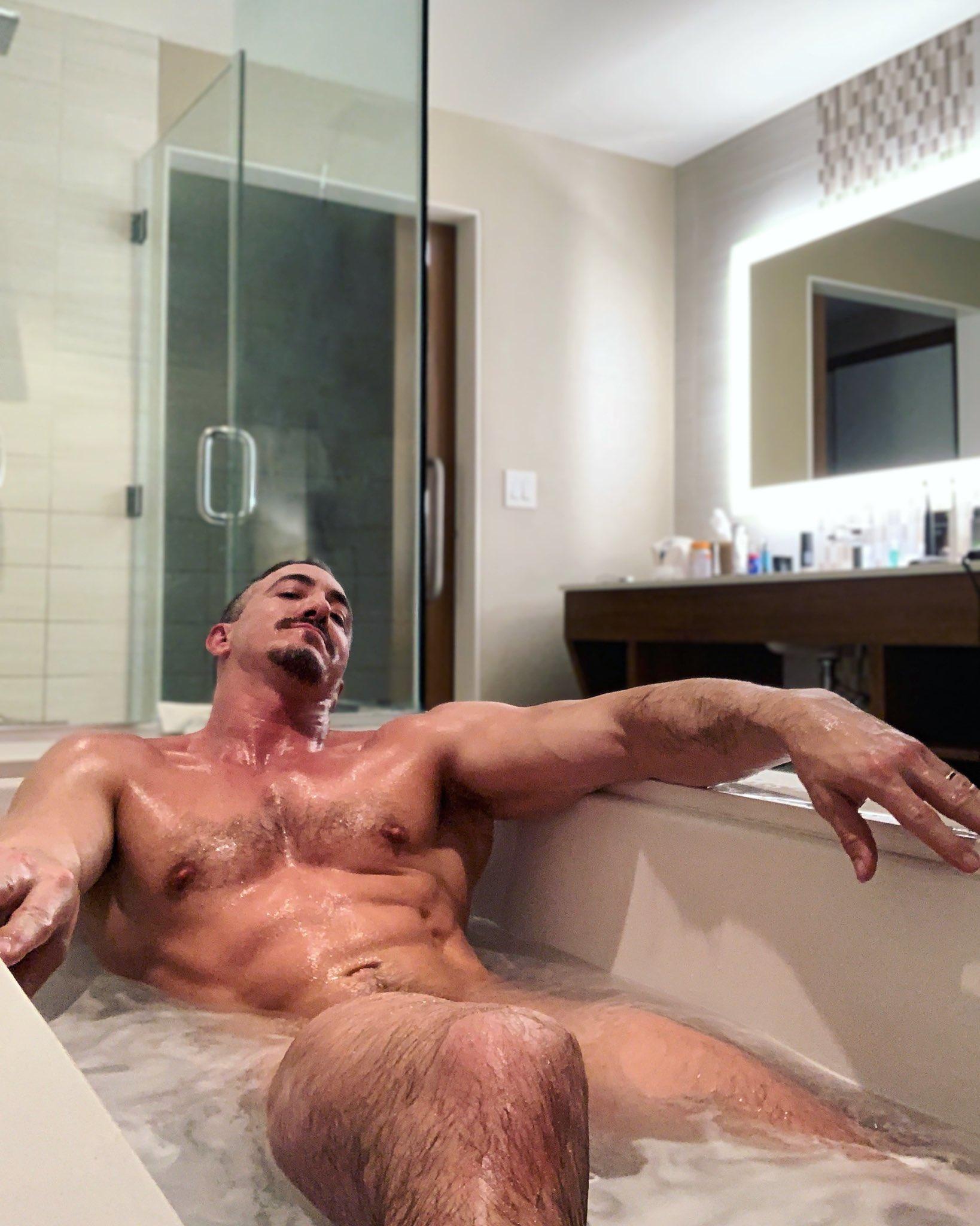 hombre desnudo en la tina