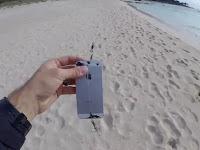 Pria Ini Memancing Pakai Umpan iPhone, Apa hasilnya?