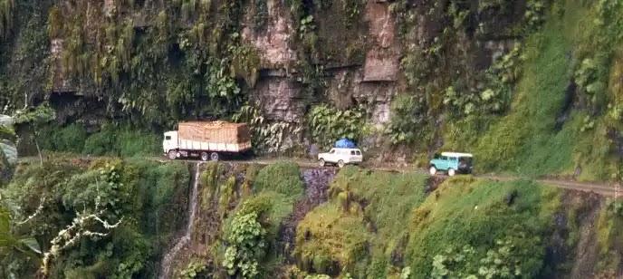 موت الأشياء الخطرة في الطريق الأكثر خطورة في العالم: طريق يونغاس ، بوليفيا