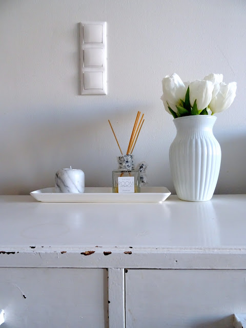 Vaalea sisustus ja valkoiset tulppaanit