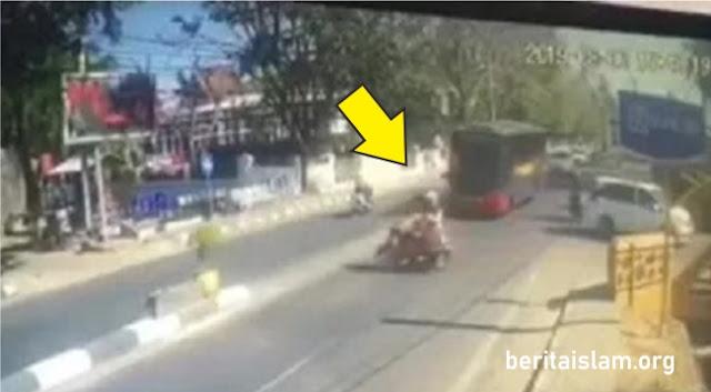 Bus Polisi  Tabrak motor