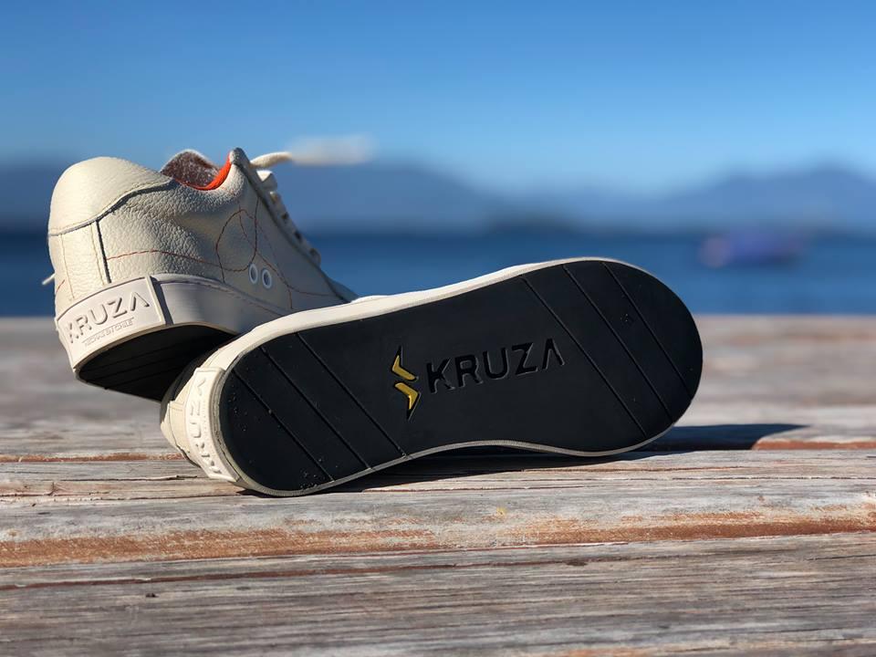 Modelo Anoux blancas con naranjo de Kruza zapatillas sustentables chilenas