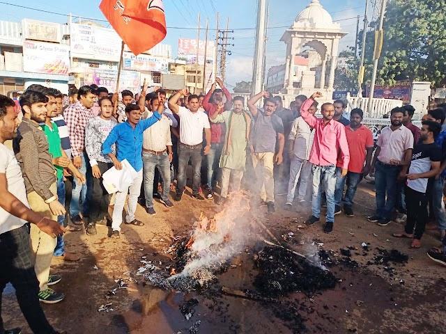 शिवपुरी - पेट्रोल-डीजल की कीमतों में वृद्धि के विरोध में भाजपा युवा मोर्चा ने फूंका मुख्यमंत्री का पुतला