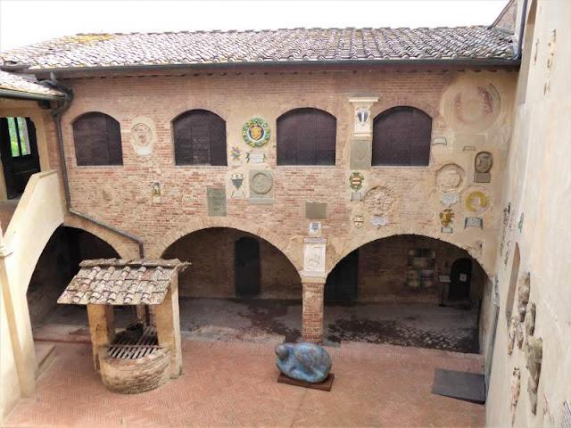 cortile interno palazzo pretorio certaldo alto