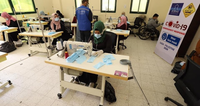 """سيدات ورجال من ذوي الإعاقة يصنعون الكمامات الطبية بغزة لمواجهة """"كورونا"""""""