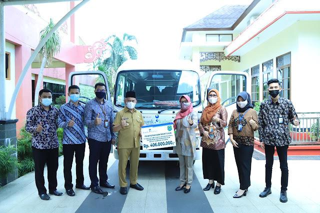 Bupati Kab.HSU Simbolis Menerima Bantuan Mobil Operasional Pemda dari Bank Kalsel Cab.Amuntai