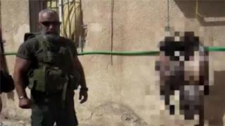 Sadis, Tentara Syiah Bashar Assad Berpose Bersama Mayat Pejuang yang Digantung