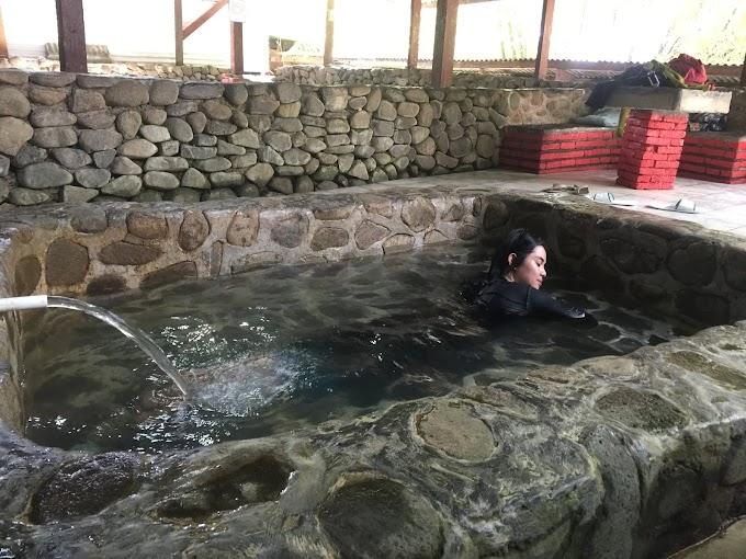 Hangatnya Berendam Air Mineral Penuh Khasiat di Gunung Pancar