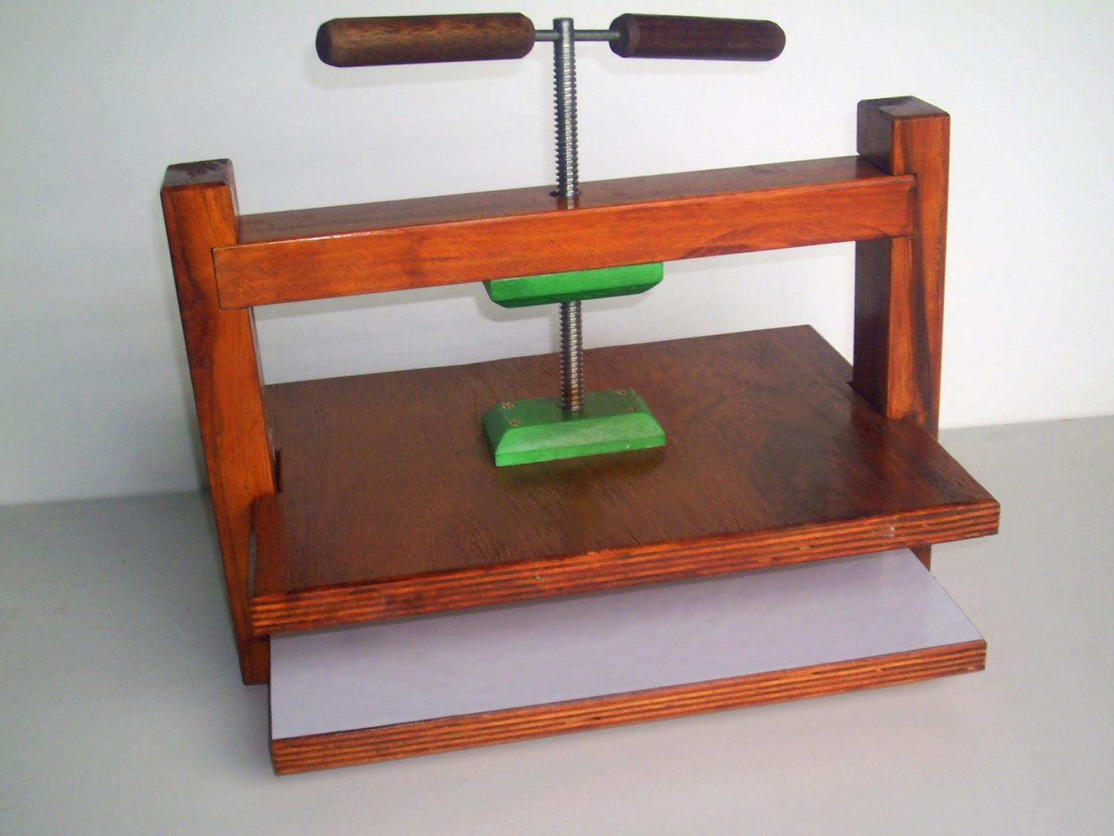 Estrutura feita em madeira 5cm x 3cm tem a base de compensado 20mm  #A94522 1600x1200