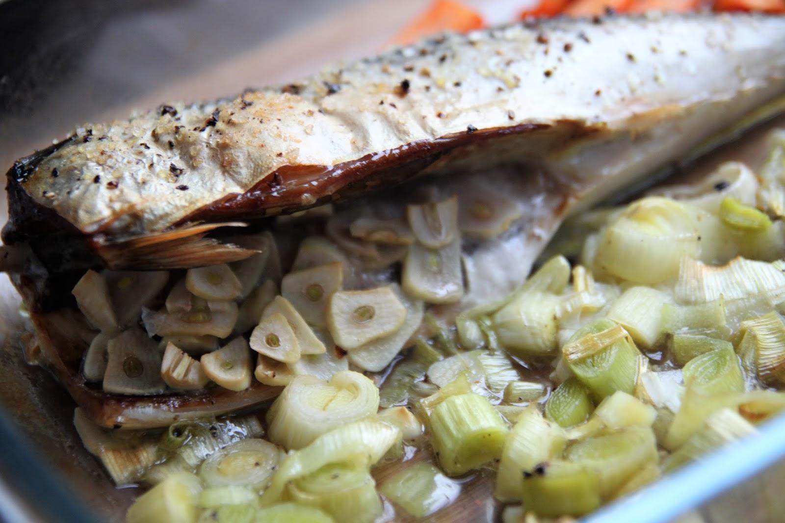 Pieczona makrela z porem i marchewką