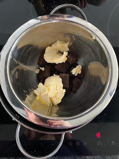 Fonte du chocolat et du beurre au bain-marie