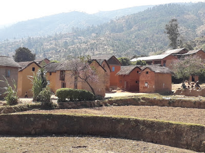casas-construcciones-de-adobe-y-ramas-en-las-tierras-altas-en-madagascar